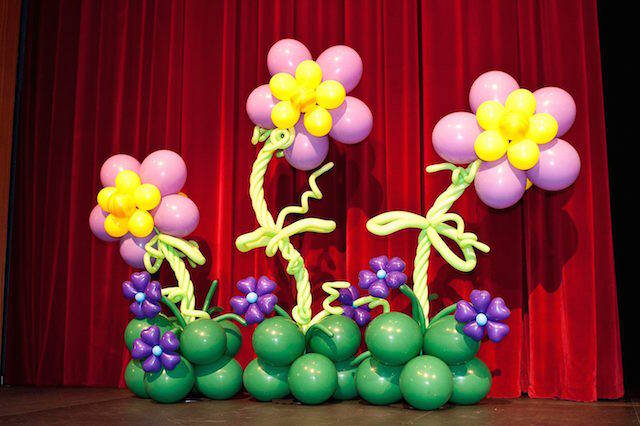 ramo de flores grandes con globos