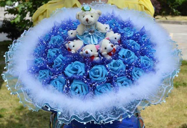 ramo de rosas azules decorado peluches