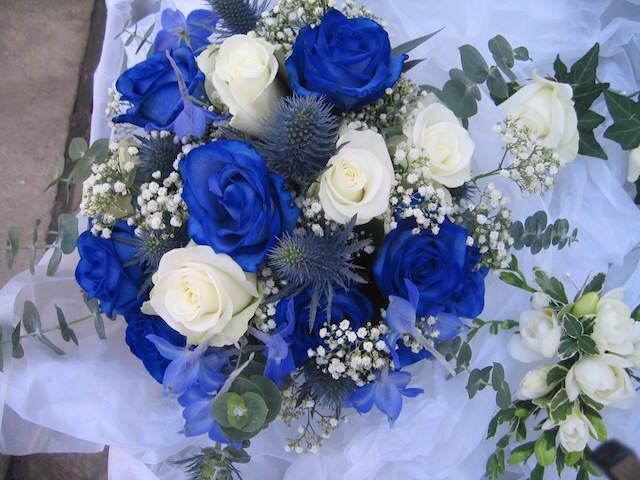 ramo clásico de rosas blancas azules