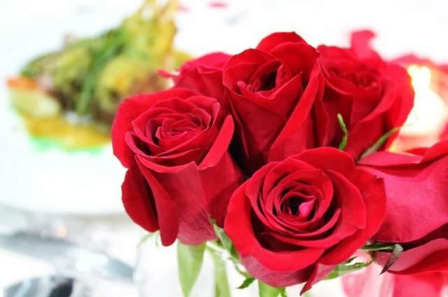 San Valentín rosas anillo escondido noviazgo