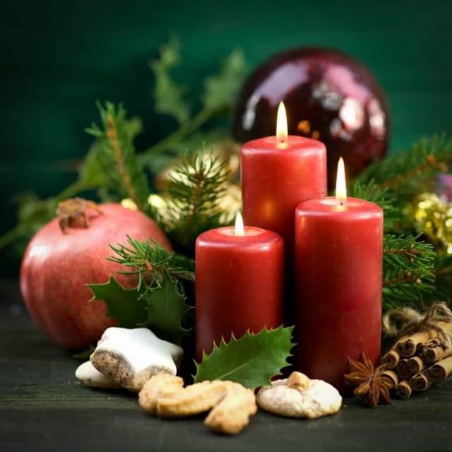 velas encendidas unos adornos navideñas