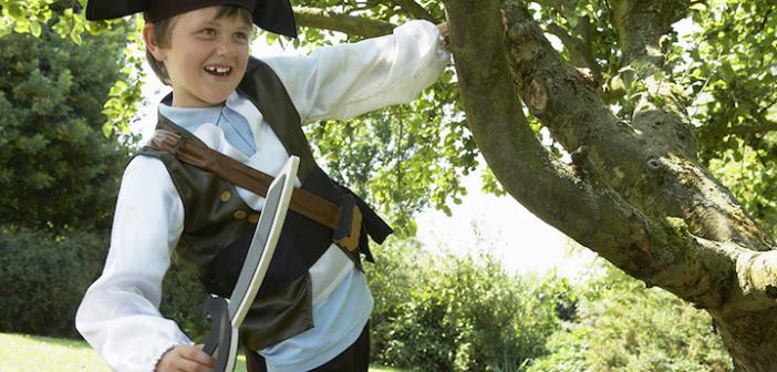 alegre-muchacho-disfraz-de-pirata