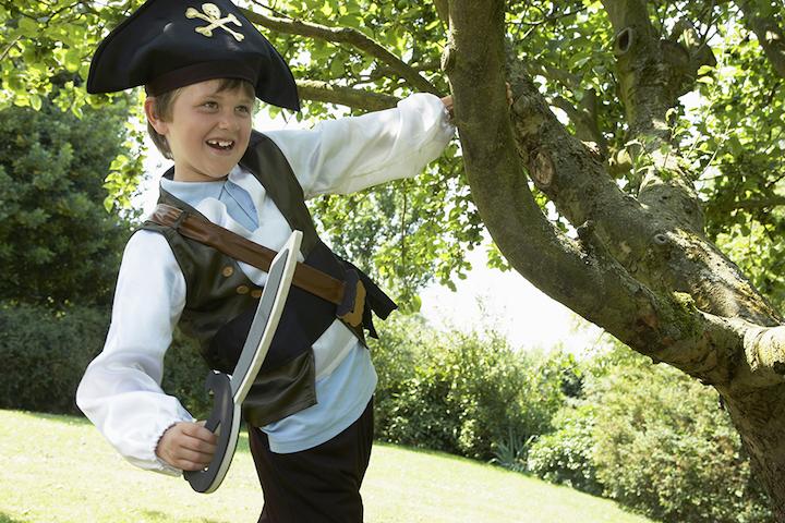 alegre muchacho disfraz de pirata espada