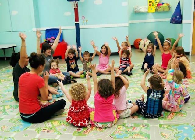 animadoras profesionales juegan niños alegres
