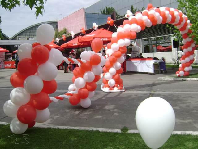 arreglos con globos colores blanco rojo evento empresarial