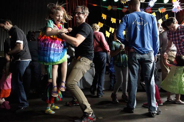 bailes padres con hijos celebración divertida