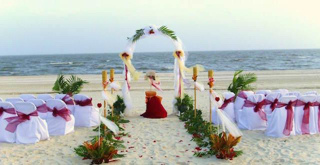 bodas en la playa decoración colores llamativos