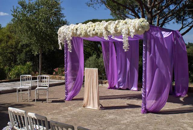 color lila blanco decoración ceremonia matrimonio
