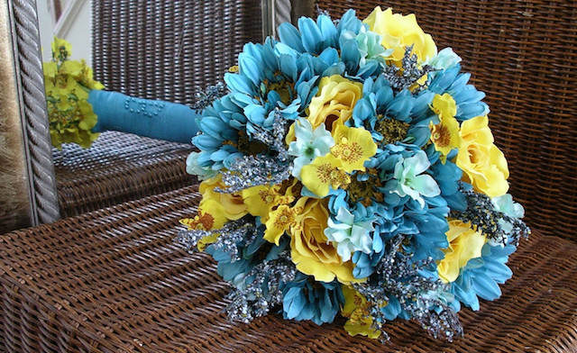 color turquesa amarillo combinación ramo de flores