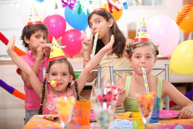 cumpleaños infantil celebración divertida regalos deseados