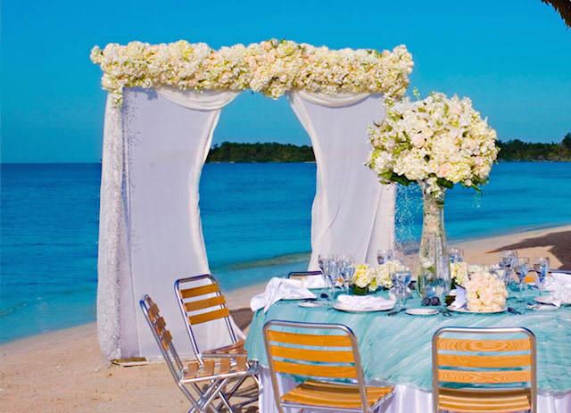decoración bodas en la playa muchas flores