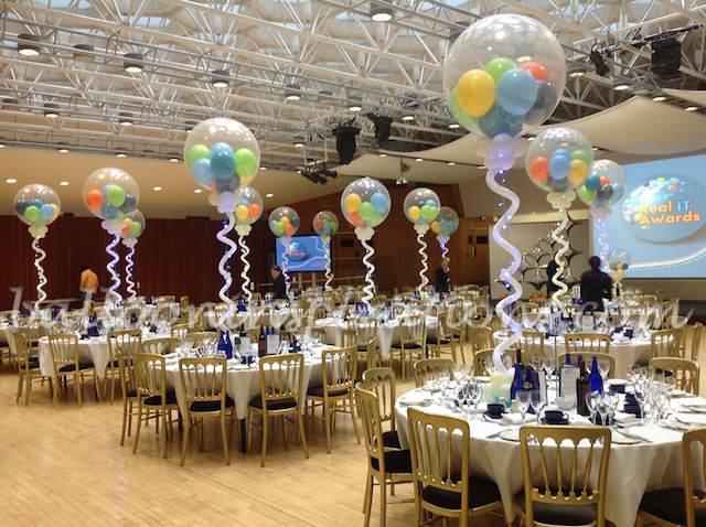 decoración de cena sentada globos pintados fiesta corporativa
