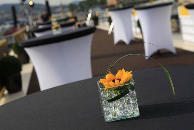 decoración elegante flores evento tipo cóctel aire libre