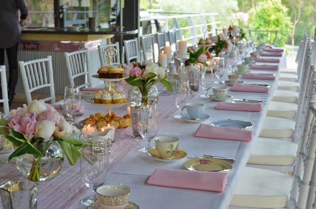 decoración mesa elegante flores terraza colores suaves