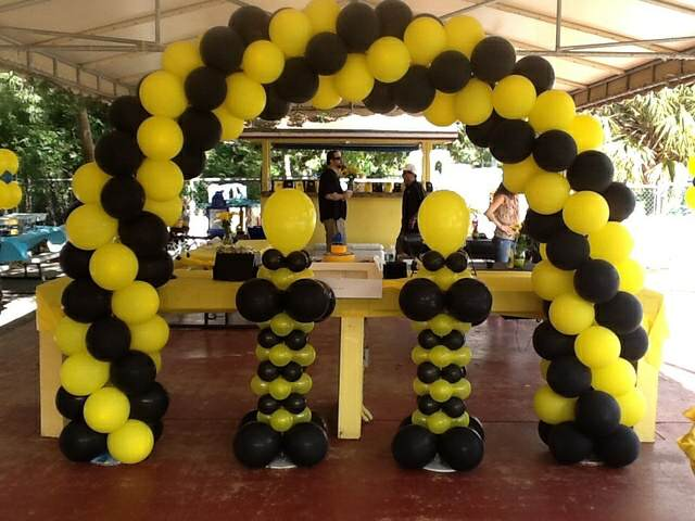 decoración interesante globos color negro amarillo eventos temáticos