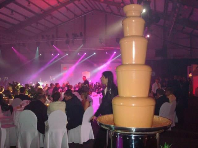 enorme fuente chocolate blanco evento empresarial