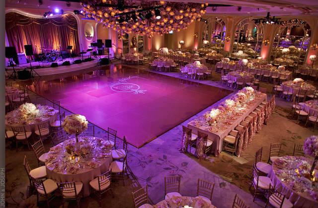 evento corporativo iluminación color lila moderno