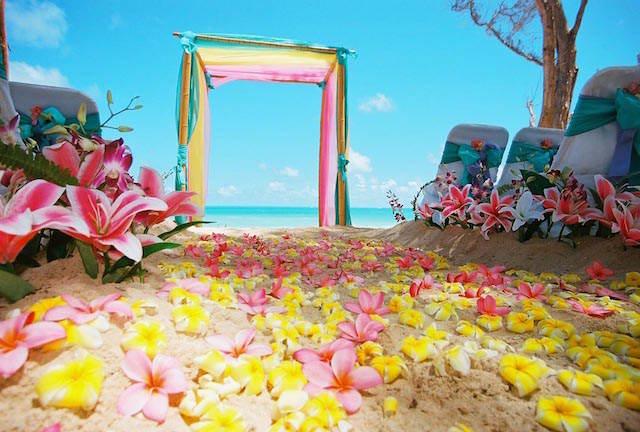 flores sobre arena decoración exótica ceremonia