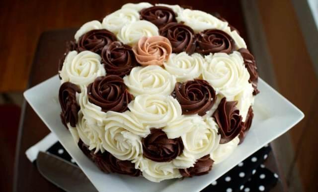 fantástica torta de chocolate negro blanco decoración rosas