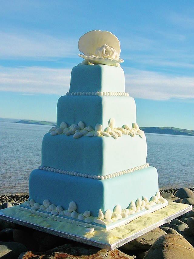 pastel de boda magnífico en la playa