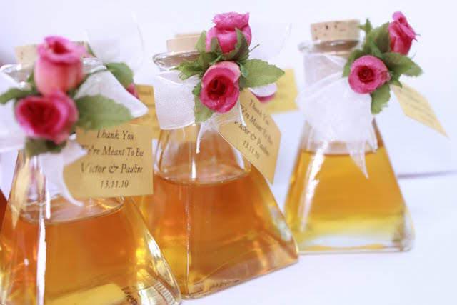 pequeñas botellas miel decoración rosas flores