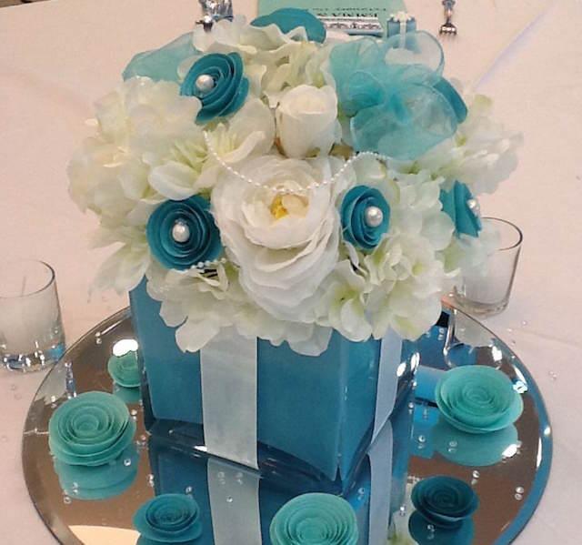 preciosa decoración de fiestas flores color  aguamarina blanco