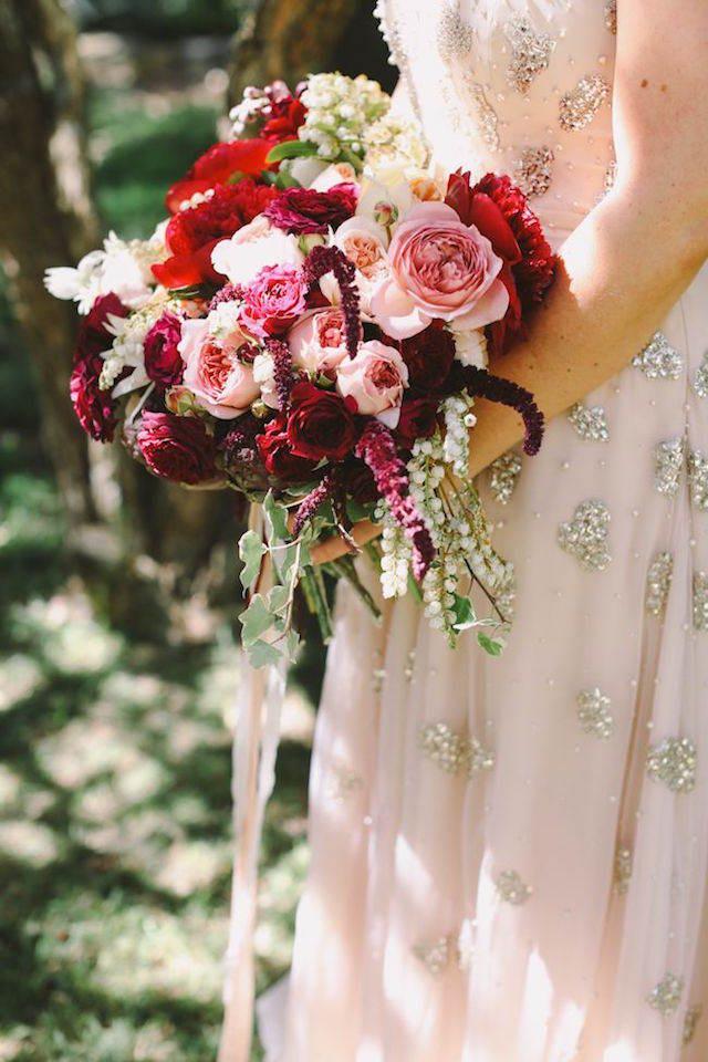 ramo de flores color marsala moderno