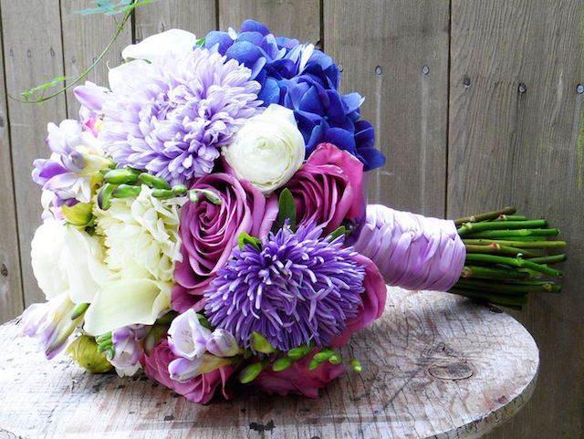 precioso ramo de flores pintado lila acento