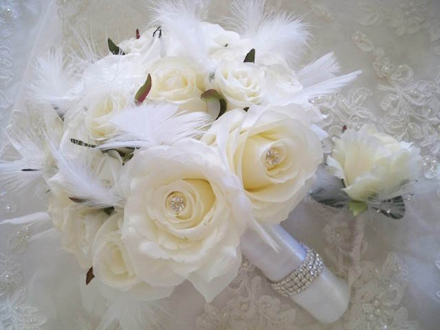 ramo de flores rosas blancas plumas tiernas