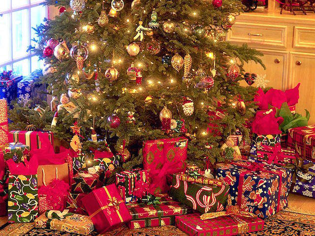 regalos preciosos bajo árbol de Navidad