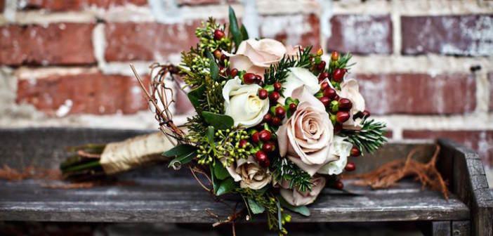 rosas-color-rosa-arandanos-preciosa-combinacion-navidena