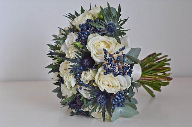 ramo de rosas blancas acentos azules
