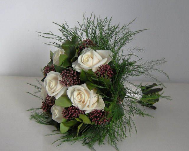 tierno ramo de rosas blancas verde