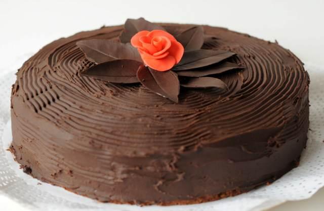 pastel chocolate decoración sencilla elegante rosa roja