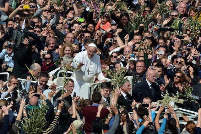 Papa celebración fiesta miles fieles