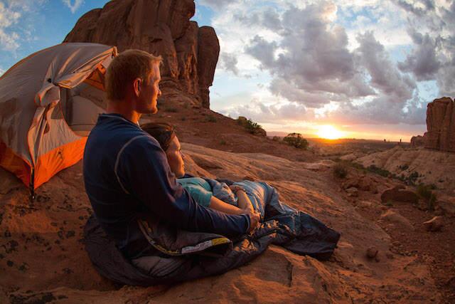 acampar bajo las estrellas aniversario romántico