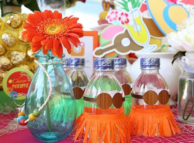 divertida decoración temática Hawaii bautizo