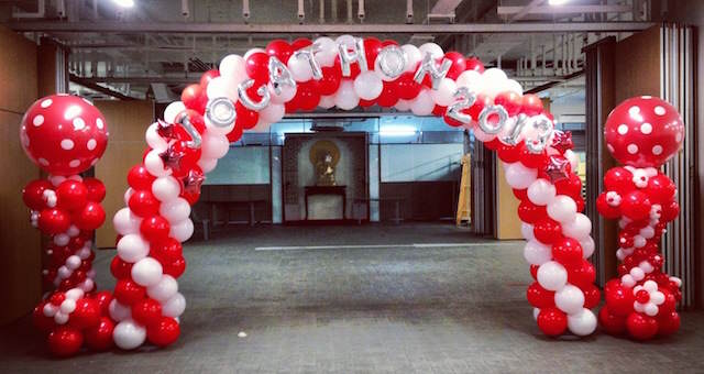 arco de globos elegante decoración entrada evento