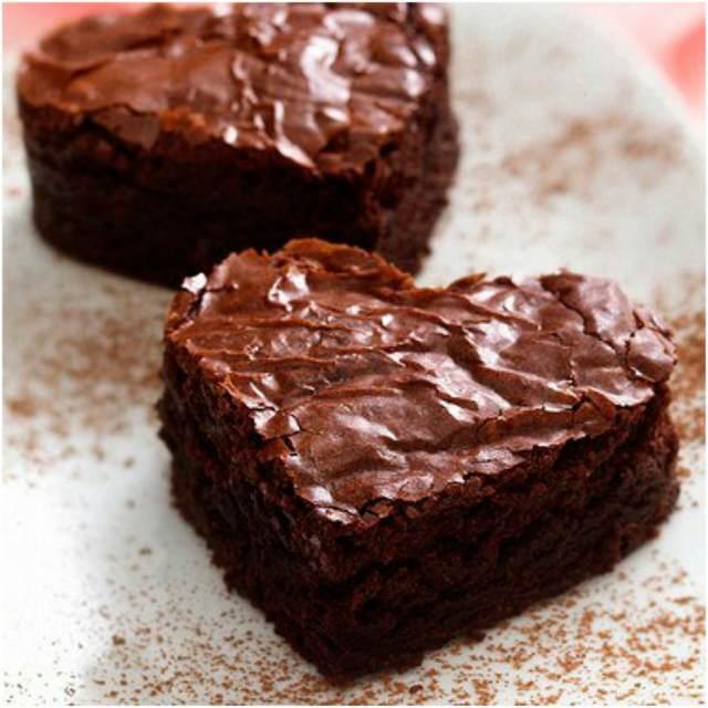 brownie de chocolate forma corazón postre sabroso fiesta