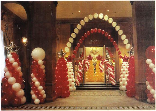 decoración con globos fiesta temática estilo Navidad