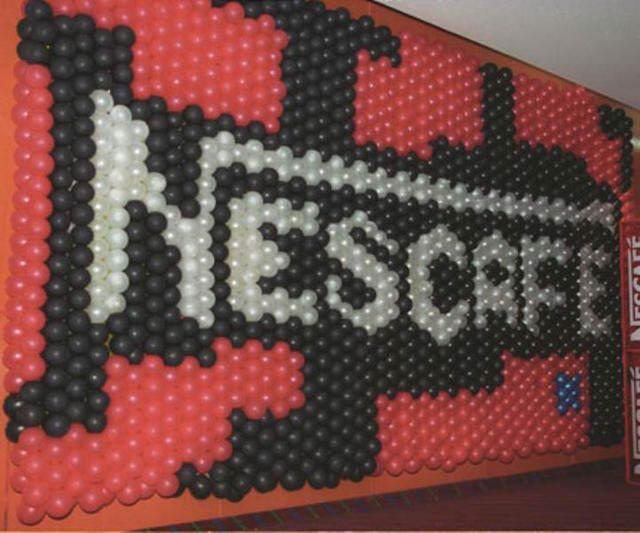 decoración con globos logo firma Nescafe