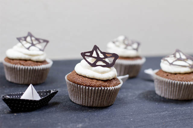 interesante decoración origami barcos muffins de chocolate