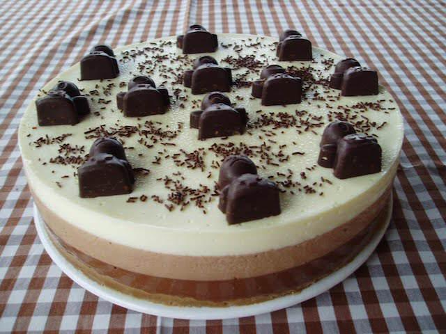 delicioso pastel de tres chocolates moderno