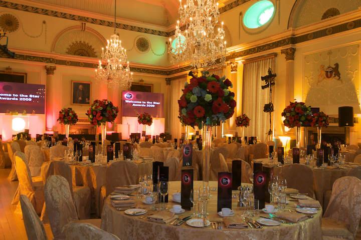 elegante decoración fiesta corporativa arreglos florales magníficos