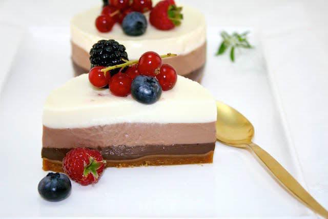 elegante decoración pastel tres chocolates bayas deliciosas