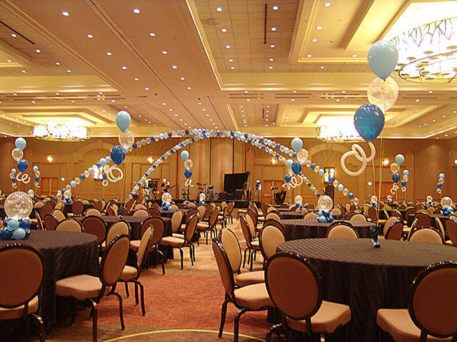 evento corporativo sala decoración con globos elegante