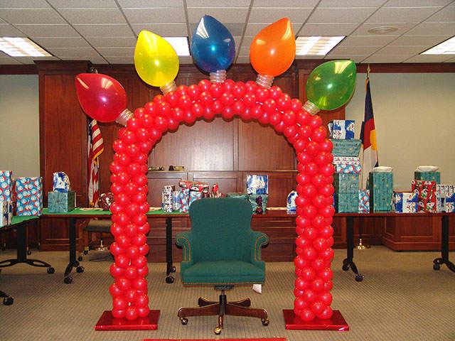 fiesta en la oficina decoración con globos divertida