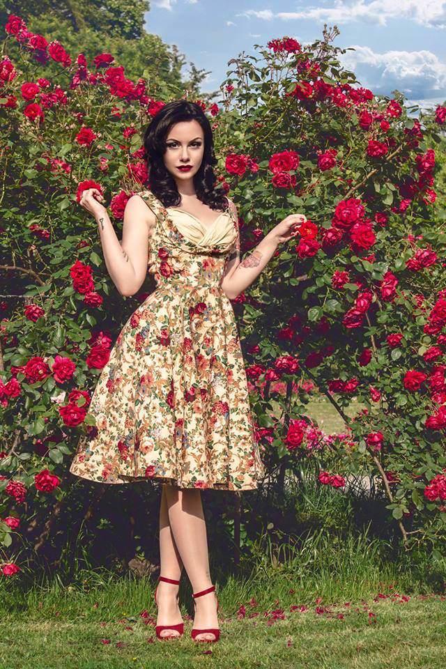 guapa cumpleañera ropa vintage fiesta temática