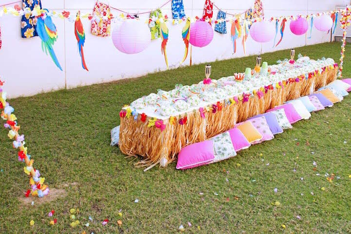 magnífica decoración baby shower Hawaii aire libre