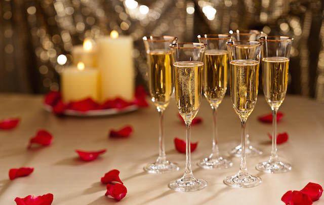 momento especial celebrar amor champán rosas
